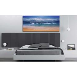 Dormitorio moderno con cuadro de paisaje olas marinas playa en el cabecero de la cama